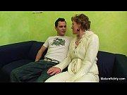 Мастурбация молодой блондинки в туалете порно