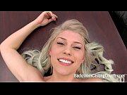 Пышная блондинка с короткой стрижкой
