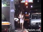 ストリートでぱいを揺れ率直なアジアの女の子