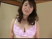 【人妻動画】えろい雰囲気を放った40代ヒトヅマが豊満美巨乳を押し付けながらツバたっぷりのねっとりフェラチオチオ…