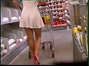 Se agachando de vestido no supermercado