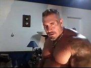 Coroa bombado e barrigudo com tatoo no braço tocando punheta
