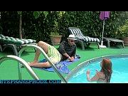 branquinha peituda dando na beira da piscina