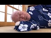 美尻の若妻の無料obasan動画。       【美尻の奥さまのセクシャルシーン】おじいちゃんは若妻のお尻にロックオン
