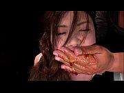 口に食べ物と牛乳を無理やり突っ込まれた状態で激しいイラマチオ責めされ涙を流しながら大量嘔吐する美女奴隷