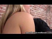 Девушка стесняется снимать трусики