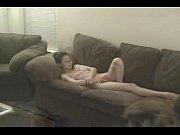 Amador de asiática safada no sofá se contorcendo
