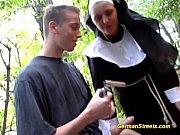 Наглая мать блондинка учит сына сеусу