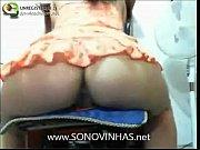 Rabuda na webcam mostrando o pacote