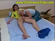 Девушка расстёгивает рубашку