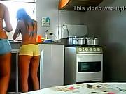 CAIU NA NET Mãe e filha gostosas se exibindo na cozinha