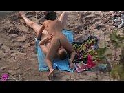 【トップレスビーチ無修正】シックスナインでフェラチオ&クンニする全裸外人を盗撮