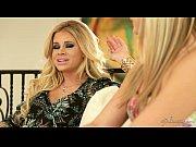 Трансексуалки в чулках доминируют над парнем