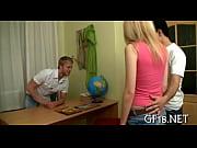 Две русские девчонки ублажают одного парня порно