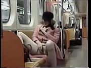 Gringa safada se masturbando no metro