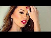 видео секс на полу с брюнеткой