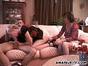 Fazendo boquete na frente da mãe safada