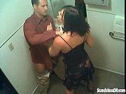 Secretária mona batendo boquete no banheiro