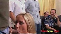 mujerzuela  cachonda le gusta chupar varias pijas y que la penetren como puta