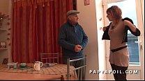 Papy baise une rouquine aux gros pis avant la b...