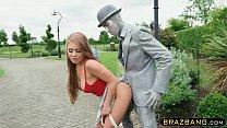 ผู้ชายทาสีเหมือนหุ่นโดนสาวคนนี้เย็ดกันกลางถนนเสียวมาก