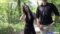 Angela prise en double dans les bois, devant le...