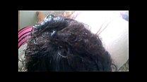 Грудастая девушка сидя на поло демонстрировала свою писю видео