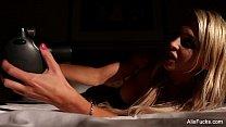 Alix Lynx Takes nudes