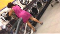 sexy black lady upskirt voyeur not wearning panties in laundromat