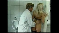 Секс в туалете с блондинкой светой