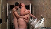 Секс видео старая толстушка ебетса с внуком