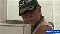 Caminhoneiro safado fazendo pegação no banheiro