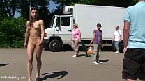 Мужчины любуются голыми женщинами