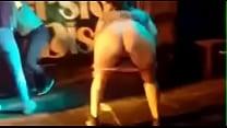 discoteca en cerveza una por desnuda se Mujer