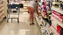 De compras enseñando las nalgas