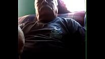 Enquanto o vovô relaxa eu pego no seu pau