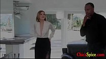Vendedoras de casas tiene un rico culo y esta con su cliente en la sala y ella se pone cachonda se d - Download mp4 XXX porn videos