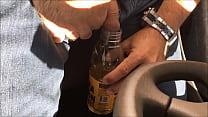 Caminhoneiro mijando na garrafa