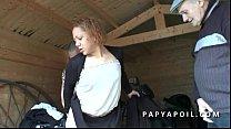 Papy se tape une black en bas collant avec un jeune pote