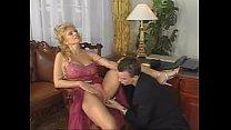 Hitsige cougar vingert haar clitoris als ze haar zoon zijn lul in haar mond neemt