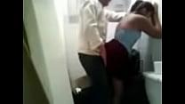 เด็ดมากเลย อาจารย์หนุ่มพานักเรียนสาวเข้าไปมีอะไรกันในห้องน้ำ