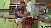 Estudiante rubia se coje al hermano en la cocina y experimenta con el sexo anal