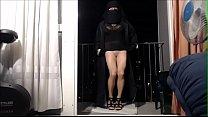 musulmane danse sur son balcon en niqab