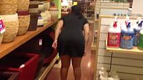 culona ensena panocha y culo en tienda