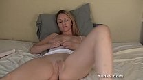 Yanks MILF Mary Lou Vibrates Her Cunt porn videos