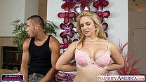Симпотная блондинка берет в рот порно