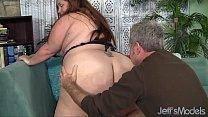 Видео женщина показывает свои толстые сиськи