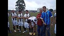 Videos Hd Rodinha de jogadores pegando no pau durante treino.