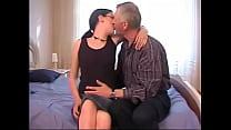 Pai velho seduz e come a filha novinha