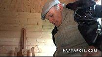 Papy rejoint 2 potes qui se tapent une mature c...